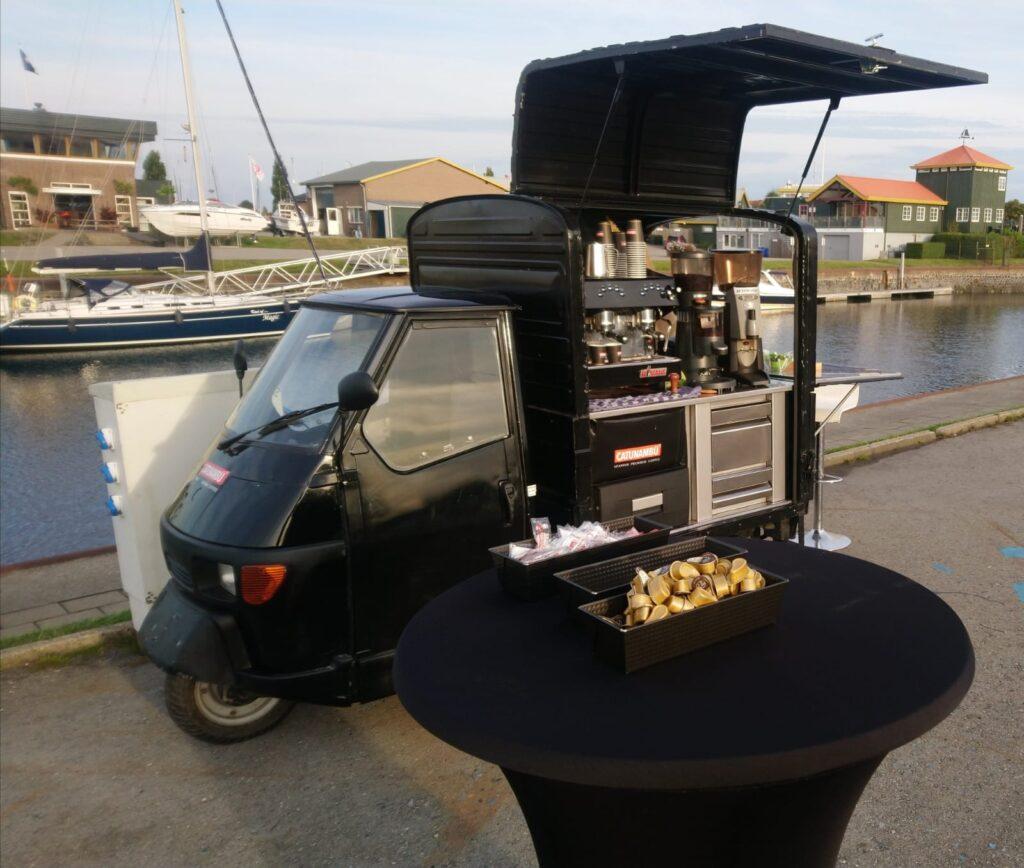 De Piaggio van Blue Label Coffee op de havendagen in Wemeldinge.